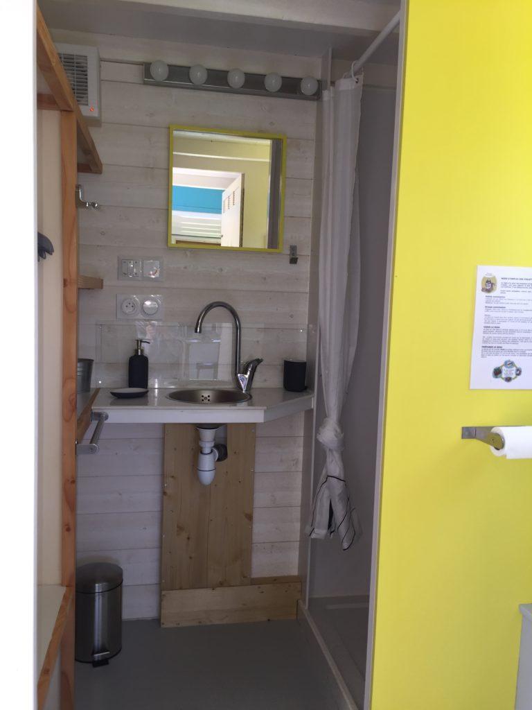 salle de bain tiny house jaune