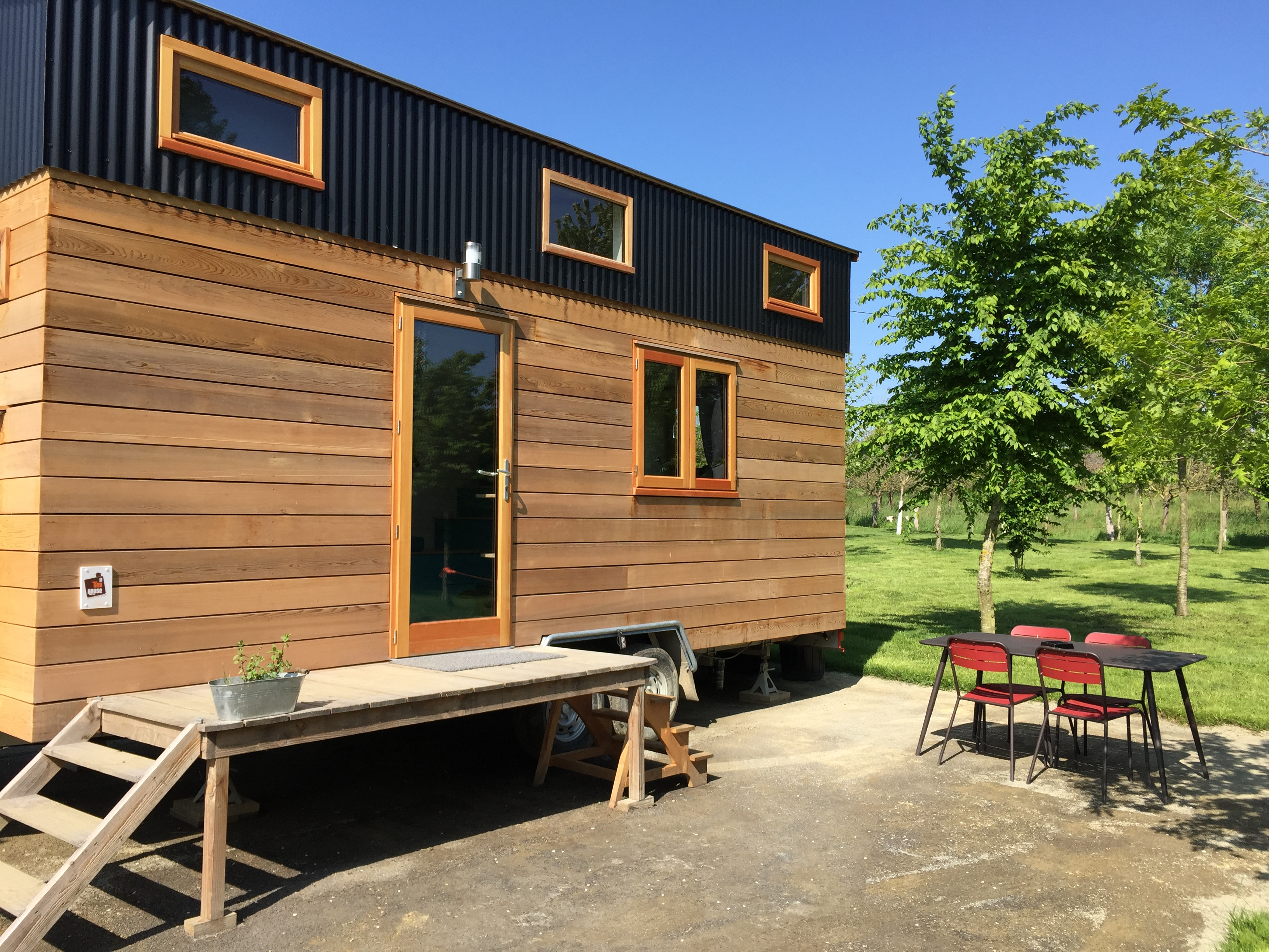 famille loue tiny house collectif tiny house. Black Bedroom Furniture Sets. Home Design Ideas